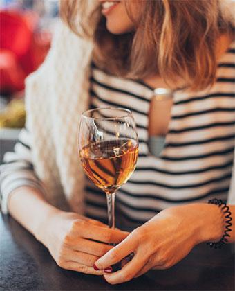 Mujer sujetando una copa